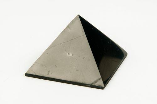 Šungitová pyramída 3 x 3cm , lesklá